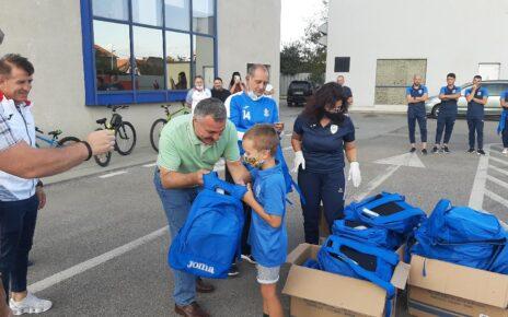 Tinerii fotbalişti de la CSM Deva au primit echipamentul nou 2